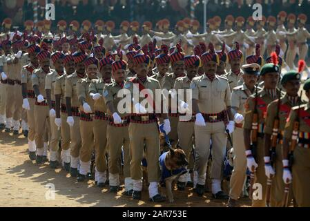 Bangalore, Indien. Januar 2020. Mitglieder der indischen Polizeihundestaffel marschieren während einer Republiktages-Parade in Bangalore, Indien, am 26. Januar 2020. Kredit: Str/Xinhua/Alamy Live News - Stockfoto