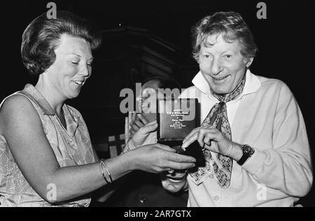 Prinzessin Beatrix übergibt Danny Kaye ein goldenes Unicef/Internationales Jahr der Kinderabzeichen Token, Prinzessinnen, Schauspieler, Comedians, Beatrix, Prinzessin, Kaye Danny Datum: 23. Juni 1979 Schlagwörter: Schauspieler, Comedians, Token, Prinzessinnen persönlicher Name: Beatrix, Prinzessin, Kaye Danny - Stockfoto