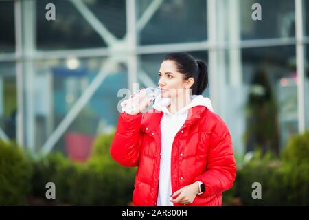 Sport outdoor. Frau Trinkwasser Nach dem Ausführen - Stockfoto