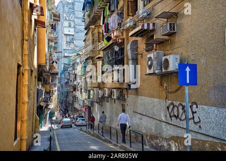 Menschen, die auf einer schmalen Straße im historischen Zentrum laufen. Macau, China.