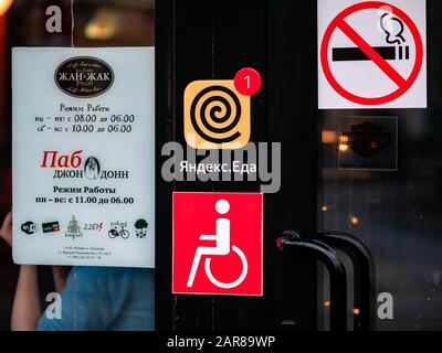 """Moskau, Russland - 17. Januar 2020: Eingangstüren der beliebten französischen Café-Bar """"Jean-Jacques"""" in der Verkhnyaya Radischtschewskaja. Traditionelle französische Cuis - Stockfoto"""