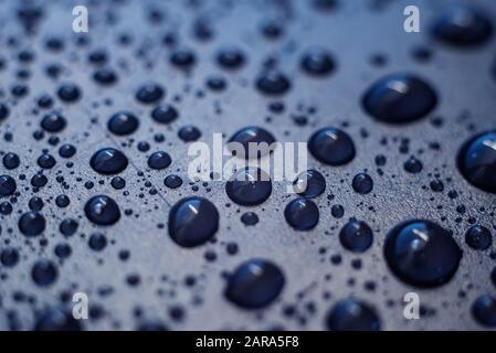 Wasser fällt auf Kunststoffoberfläche ab. Makro mit geringer Schärfentiefe. - Stockfoto
