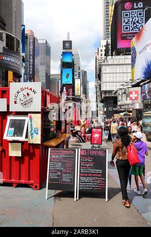 New YORK, USA - 2. JULI 2013: Touristen und Anwohner besuchen Den Times Square in New York. Der Platz an der Kreuzung von Broadway und 7th Avenue hat etwa 39 - Stockfoto
