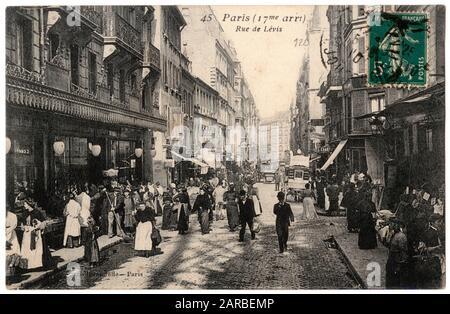 Belebte Szene in der Rue de Levis, abseits der Rue Legendre, 17. Pariser Viertel, Frankreich. Datum: 1900s. - Stockfoto