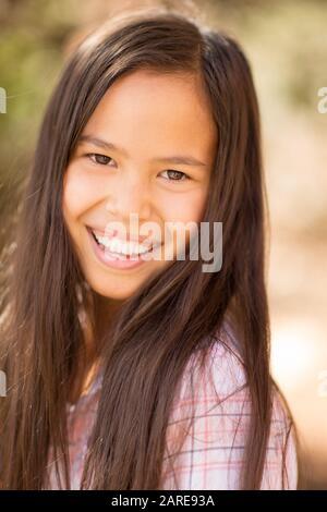 Porträt einer jungen asiatischen Mädchen lächelnd außerhalb. - Stockfoto