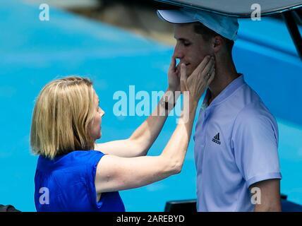 Melbourne, Australien. Januar 2020. Joe Salisbury aus Großbritannien wird beim Tennisturnier des Australian Open Grand Slam 2020 in Melbourne, Australien medizinisch beachtet. Credit: Frank Molter/Alamy Live News - Stockfoto