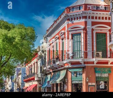 Die Straßen von San Telmo, dem ältesten Viertel von Buenos Aires, inmitten der Kopfsteinpflasterstraßen und der alten Kolonialarchitektur, Argentinien - Stockfoto