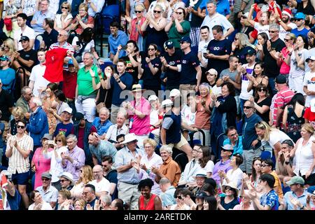 Melbourne, Australien. Januar 2020. Tennisfans jubeln beim Tennisturnier 2020 Australian Open Grand Slam in Melbourne, Australien an. Credit: Frank Molter/Alamy Live News - Stockfoto