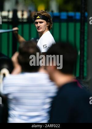 Melbourne, Australien. Januar 2020. Tennis: Grand Slam, Australian Open. Alexander Zverev blickt auf die Fans. Credit: Frank Molter / dpa / Alamy Live News - Stockfoto