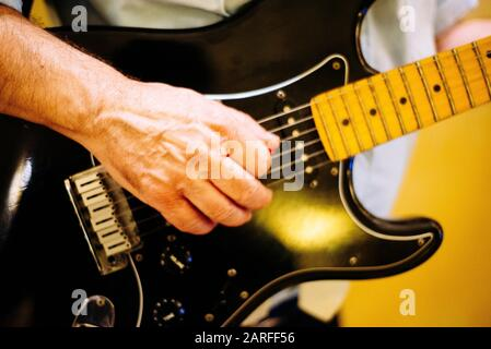 Hand spielt Gitarre. - Stockfoto