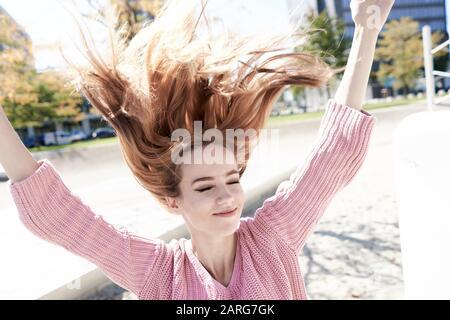 Porträt der jungen Frau mit fliegendem Haar. München, Deutschland. Stockfoto