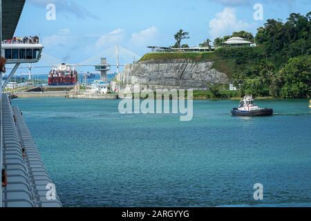Panamakanal, Provinz Colon, Panamax, Gatun Lake, Kreuzfahrtschiff und Frachtschiffe, die durch Schleusen fahren. - Stockfoto