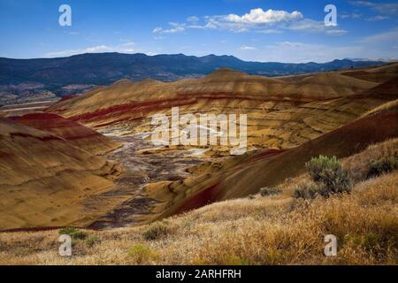 Wunderschöne Farbschichten in Painted Hills - eine der drei Einheiten des John Day Fossil Beds National Monument in Oregon - Stockfoto