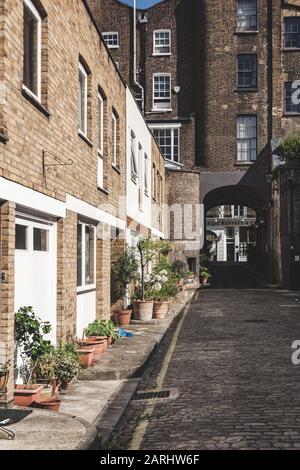 London/UK - 22/07/19: Gloucester Mews West, Bayswater. Bayswater ist ein wohlhabendes Gebiet innerhalb der City of Westminster. Es ist auch eines der am meisten in London - Stockfoto