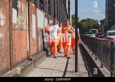 London/UK-22/07/19: Bauarbeiter von Crossrail, die auf der Straße spazieren. Crossrail Limited ist das Unternehmen, das zum Aufbau des neuen ra gegründet wurde