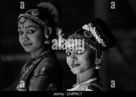 Junge Mädchen bei einer traditionellen Tanzvorführung im Spice Village Resort, Thekkady-Stadt in Periyar, Kerala, Indien. - Stockfoto