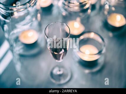Rot Wein und Tee Kerzen in Gläsern. - Stockfoto