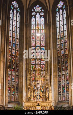 Glasfenster in der brünner Domkirche - Stockfoto