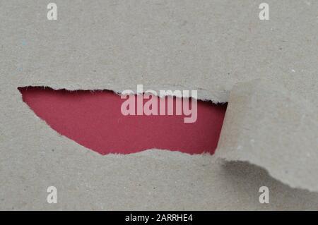 Zerripptes Papier, das roten Leerraum für Wörter aufdeckt, die für Dinge gedacht sind, die man hinter der Szene entdecken kann