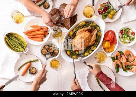 Freunde, die am Tisch zu Abend essen, Draufsicht - Stockfoto