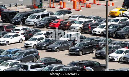 Juli 2019 Moskau, Russland. Autos auf einem Parkplatz in der Nähe des internationalen Flughafens Vnukovo in Moskau. - Stockfoto