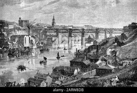 Die High Level Bridge ist eine Straßen- und Eisenbahnbrücke, die den Fluss Tyne zwischen Newcastle upon Tyne und Gateshead in Nord-East England überspannt. Es wurde von Robert Stephenson entworfen, um eine Eisenbahnverbindung in Richtung Schottland für das sich entwickelnde englische Eisenbahnnetz zu bilden; eine Fahrbahn für Straßenfahrzeuge und Fußgänger wurde integriert, um zusätzliche Einnahmen zu erzielen und 1849 eröffnet. Die hydraulische Swing Bridge (hinten) wurde von dem Ingenieur William George Armstrong (1810- 1900) entworfen und bezahlt, wobei die Arbeiten ab dem Jahr 1873 begannen. Er wurde für den Straßen- und Flussverkehr im Jahr 1876 eröffnet. - Stockfoto