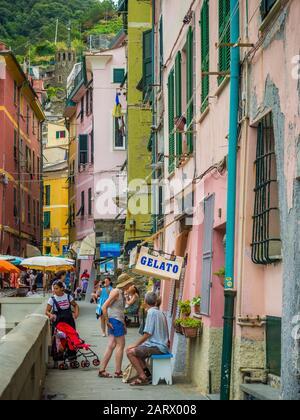 Vernazza, ITALIEN - 07. Juli 2019: Vernazza ist eine der fünf Städte, aus denen die Region Cinque Terre besteht. Vernazza und bleibt einer der wahrsten Fischgründe - Stockfoto