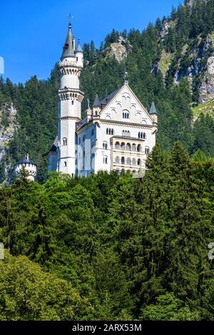 Schloss Neuschwanstein bei Füssen, Bayern, Deutschland. Es ist ein berühmtes Wahrzeichen der deutschen Alpen. Landschaft mit märchenhaftem Schloss. Malerische Aussicht auf Neuschwan - Stockfoto