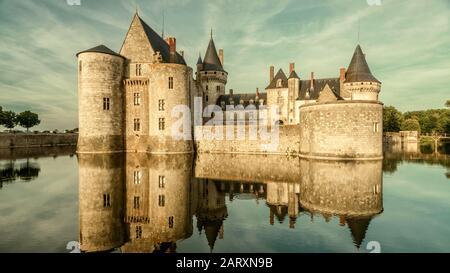 Schloss oder Schloss von Sully-sur-Loire in Sonnenuntergang, Frankreich. Dieses alte Schloss ist ein berühmtes Wahrzeichen des Loire-Tals. Panorama der mittelalterlichen Burg auf Stockfoto