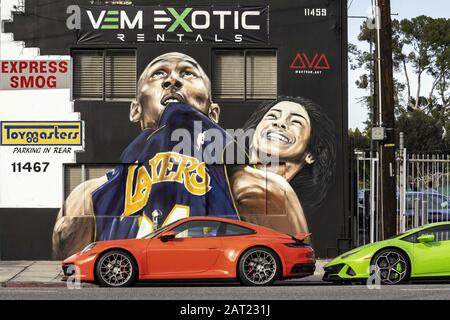 Los Angeles, Kalifornien, USA. März 2019. Ein Wandbild, das Kobe Bryant und seine 13-jährige Tochter Gianna ehrt, die zusammen mit sieben anderen bei einem Hubschrauberabsturz ums Leben kam. Das Wandgemälde stammt von Künstler Artoon. Kredit: Ronen Tivony/SOPA Images/ZUMA Wire/Alamy Live News