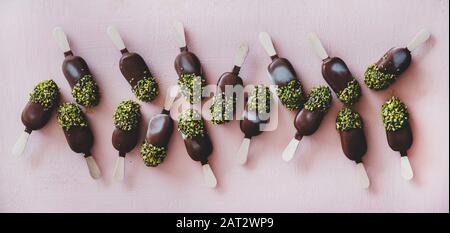 Flat-lay von schokoladenglasiertem Eis knallt mit Pistazienvereisung - Stockfoto