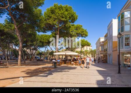 Menorca, Spanien - 14. Oktober 2019: Platz mit Kiefern in der Stadt Ciutadella auf Menorca - Stockfoto