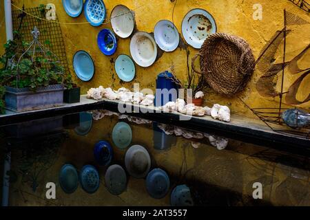 Ein Hinterhof-Wasserwerk und Wanddekorationen in der Karoo-Stadt Cradock in der südafrikanischen Provinz Ostkapa - Stockfoto
