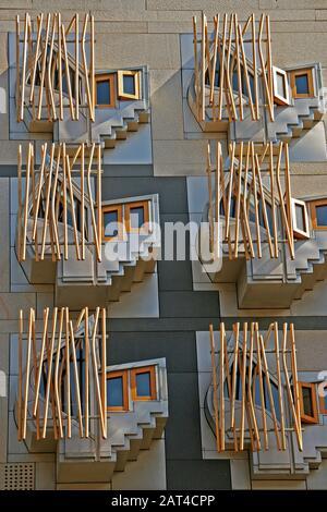 Fensterdetail, Scottish Parliament, Royal Mile, Edinburgh, Schottland - Stockfoto