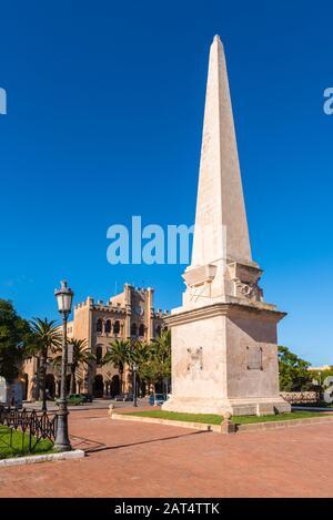 Menorca, Spanien - 15. Oktober 2019: Obelisk des Es Born Square im Herzen von Ciutadella auf Menorca - Stockfoto