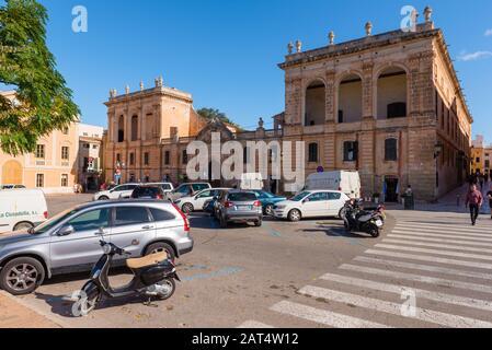 Menorca, Spanien - 15. Oktober 2019: Der Hauptplatz von Ciutadella auf Menorca - Stockfoto