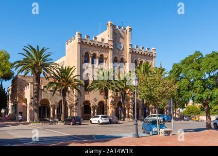 Menorca, Spanien - 15. Oktober 2019: Rathaus am Hauptplatz von Ciutadella auf Menorca - Stockfoto