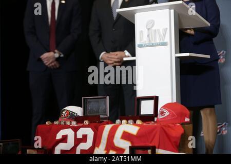 Miami, Vereinigte Staaten. Januar 2020. Gefälschte NFL-Waren sind auf der Pressekonferenz zum NFL Super Bowl LIV Falschware und Tickets im Miami Beach Convention Center am Donnerstag, 30. Januar 2020 in Miami, Florida, zu sehen. Die Kansas City Chefs werden am Sonntag, 2. Februar 2020, die San Francisco 49ERS im Super Bowl LIV spielen. Foto von John Angelillo/UPI Credit: UPI/Alamy Live News - Stockfoto