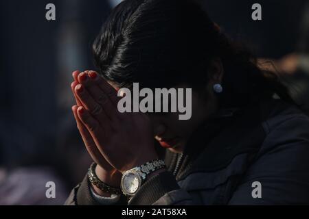 Eine Frau betet während des Shreepanchami-Festivals im Saraswati-Tempel.Basanta Panchami oder Shreepanchami markiert die Ankunft des Frühlings und das fest, das der Bildungsgottheit Saraswati gewidmet ist, in der Überzeugung, dass die Göttin den Gläubigen helfen wird, sich in der Erziehung zu übertreffen. - Stockfoto