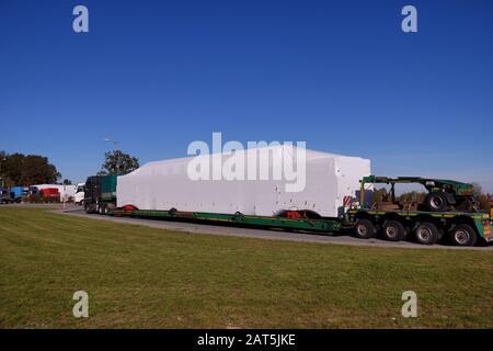Transportunterbrechung. Für den Transport überdimensionierter Waren angepasste Lastwagen mit speziellem Sattelauflieger. - Stockfoto