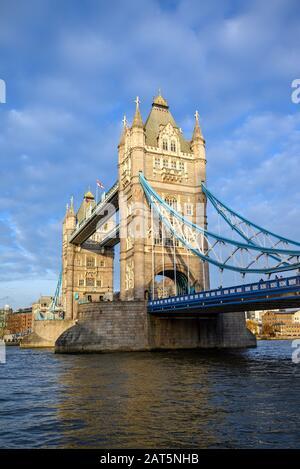 Portraitansicht der Tower Bridge in der City of London, Großbritannien. Tower Bridge überquert die Themse und ist eine der bekanntesten Touristenattraktionen Londons.