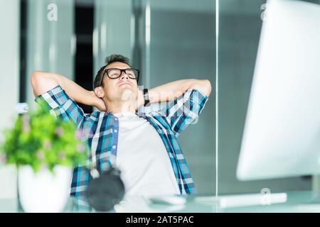 Entspannende zufrieden Geschäftsmann in seinem Büro - Stockfoto