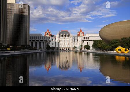 New York State Capitol Building und The Egg in Empire State Plaza in Albany - Stockfoto