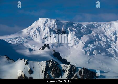 Atemberaubende Küstenlandschaften entlang der Tabarin-Halbinsel im antarktischen Kontinent - Stockfoto