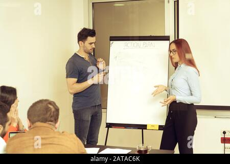 Start Business People Group täglicher Job im modernen, feigen Bürobereich. Business, Start, Planung und Personalkonzept - fröhliches kreatives t - Stockfoto