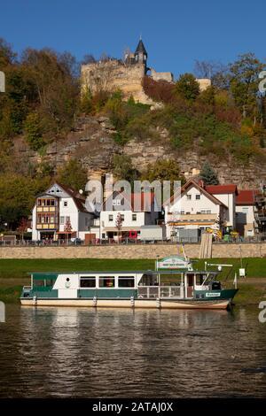 Blick nach Rathen mit Schloss Altrathen an der Elbe, Sandsteinfeldgebirge, Nationalpark Sächsischen Schweiz, Sachsen, Deutschland, Europa - Stockfoto
