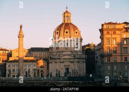 ROM, Italien - 2. Januar 2020: Trajans Säule (UNESCO-Weltkulturerbe) im Trajan-Forum und Kirche Santa Maria di Loreto, Rom, Latium, Italien - Stockfoto