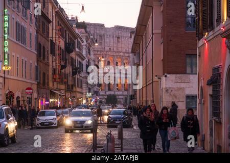 ROM, Italien - 2. Januar 2020: Blick auf das Colloseum von einer bezaubernden Hintergasse, Rom - Italien. - Stockfoto
