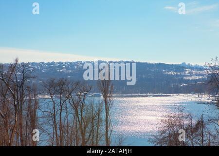 Schöner Blick auf die Spiegelung der Sonne im See Stockfoto
