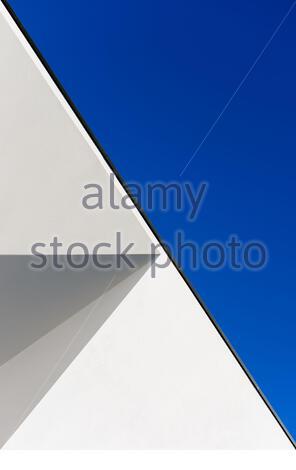 Abstrakte Illusion durch Schatten auf einem Gebäude façade, Color Photo, Montijo, Portugal - Stockfoto